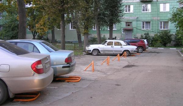 Машина во дворе