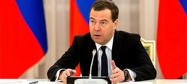 Медведев поручил до 10 февраля определиться по срокам повышения стоимости проезда фур