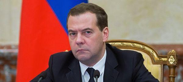 Медведев пристыдил губернаторов за отвратительные дороги