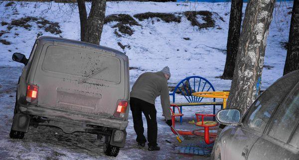 Парковка во дворах Москвы зимой