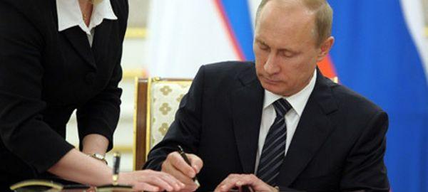 Президент России подписал закон, приравнивающий автопробеги к митингам