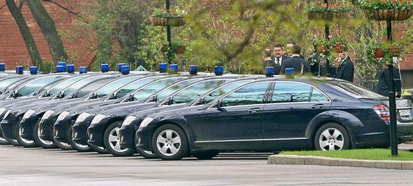 Медведев ограничил чиновников в возможностях брать в аренду мощные авто в служебных целях