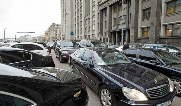 Медведев ограничил чиновников в праве брать в аренду мощные авто в служебных целях