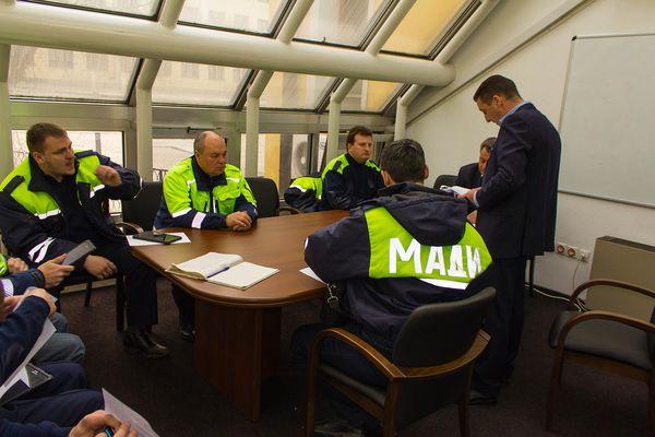МАДИ разработает нормативно-правовую базу для оформления протоколов за парковку машин на газонах