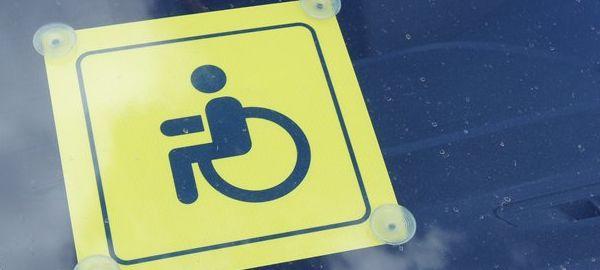 Водители-инвалиды получат право бесплатно парковаться в Москве