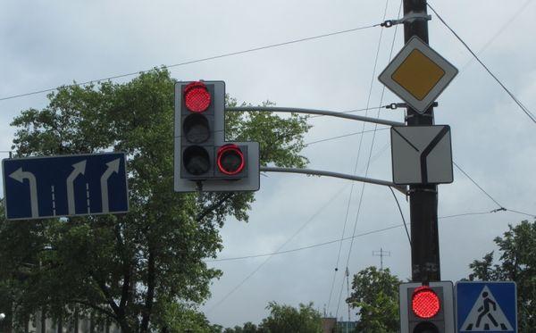 В Москве запустили первый светофор с красным сигналом поворота