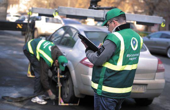 АМПП раздал водителям листовки с правилами пользования платной парковкой