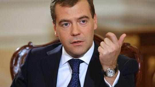 Дмитрий Медведев призвал «надавать им по рукам» поставщикам топлива, которые накручивают цену
