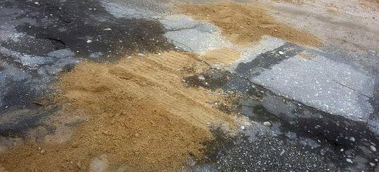 В Иркутской области ямочный ремонт дороги начали делать дети