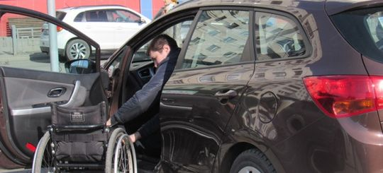 Инвалидам хотят разрешить бесплатно оставлять авто на любых местах платных парковок