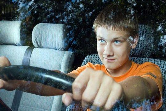 16-летним подросткам могут начать выдавать водительские права категории «U»