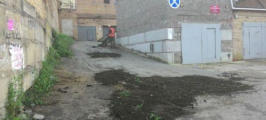 Во Владивостоке ямы «заасфальтировали» землей с газона