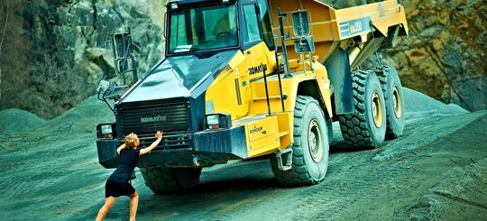 Женщинам могут доверить управление самосвалами и другую опасную работу