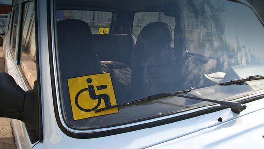 В Москве могут изъять из свободной продажи наклейки «Инвалид» и персонифицировать их