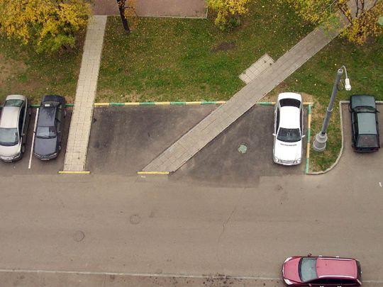 В МАДИ не считают заасфальтированный участок газоном и за такую парковку не штрафуют