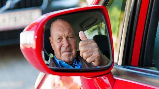 Автомобили пожилых водителей предложили отмечать специальным знаком