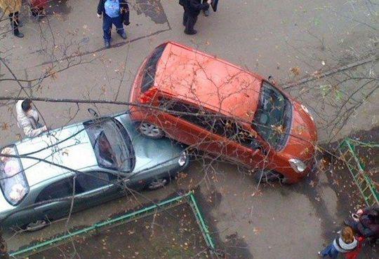 Женщины паркуются в четыре раза хуже мужчин