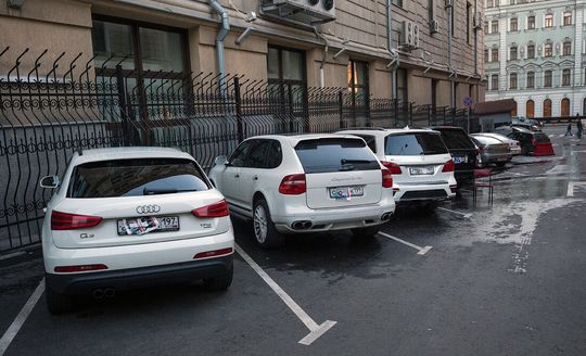 Комитет Госдумы по госстроительству рекомендовал отклонить законопроект, который должен был ввести наказание за то, что водитель оставил автомобиль с закрытыми номерами на стоянке.