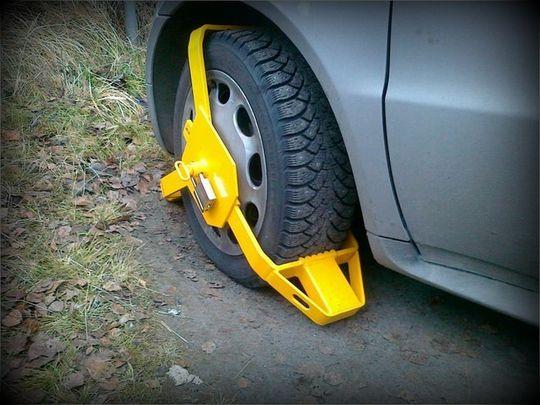 В Госдуме предложили заменить эвакуацию машин нарушителей блокировкой колес