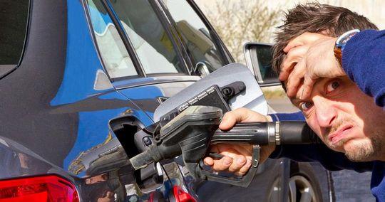 Эксперты: независимые АЗС копируют чужие бренды, чтобы выжить на рынке, и продают плохой бензин