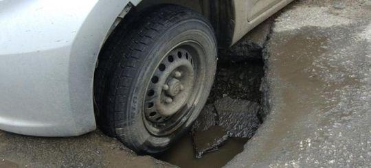 Попал в яму на дороге — за ремонт машины заплатит дорожная служба