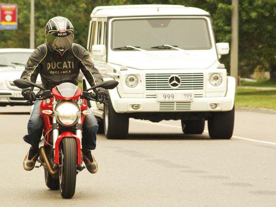 На фото: отличное расположение байкера на дороге!