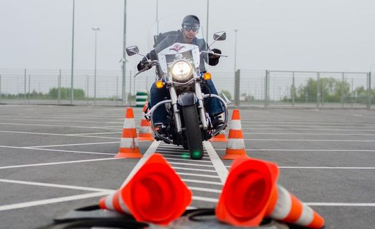 БЕЗОПАСНОЕ ВОЖДЕНИЕ — что предпринимать, чтобы не упасть на «строптивой» дороге. Инструкция для байкеров (от новичка до опытного)