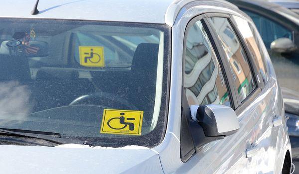 Парковочные места для инвалидов сделают доступными для людей, перевозящих инвалидов