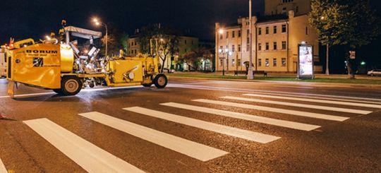 На дорогах Москвы устанавливают «стеклянную» разметку