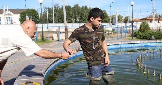 Маджидов Абдувахоб чинит фонтаны со своим водителем