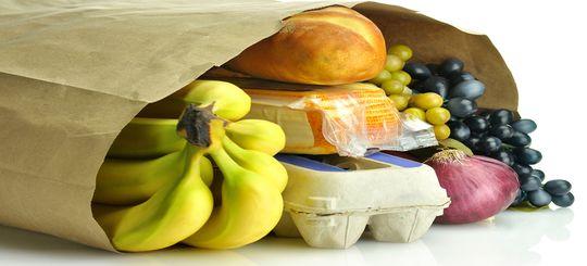 На Урале водителя лишили прав за раздавленную на газоне сумку с продуктами