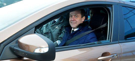 Медведев: региональные дороги соответствуют нормам лишь на одну треть