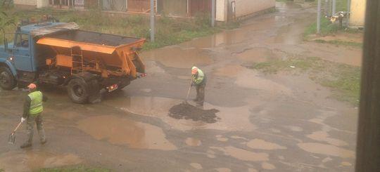 В Кирове подрядчика оштрафуют за укладку асфальта в лужи