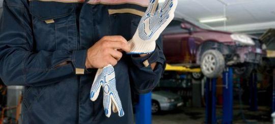 Автодилеры хотят, чтобы страховщики направляли машины на ремонт только на официальные СТО
