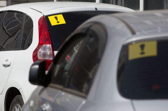 Представлены поправки в ПДД для начинающих водителей: ограничения скорости не будет, а на шлем мотоциклистам наклеят предупреждающие знаки