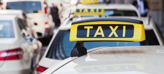 Подмосковных таксистов больше не штрафуют за езду по «выделенке»