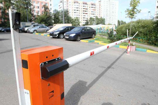 Верховный Суд: жители многоквартирных домов могут пользоваться парковками во дворе без ограничений