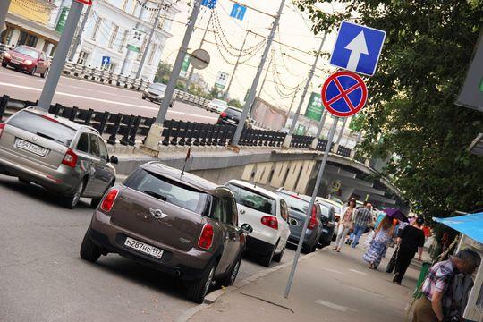 Медведева просят увеличить штраф за остановку транспорта на проезжей части